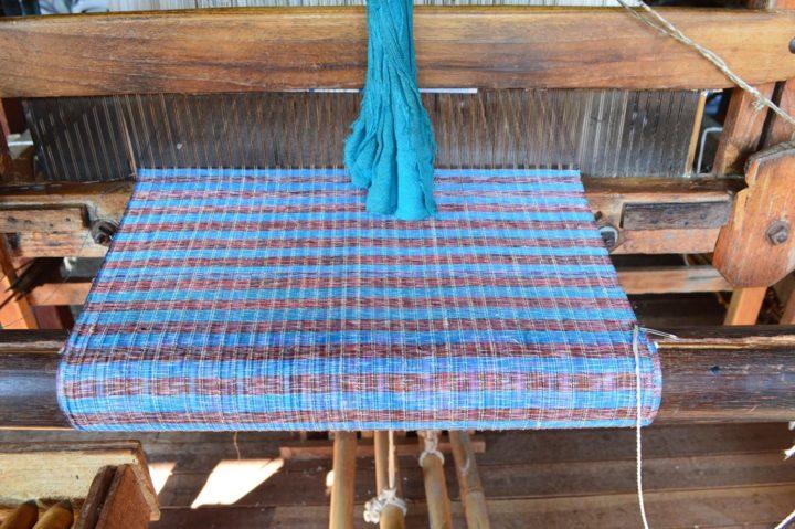 Handwebstuhl mit Tuch in Arbeit